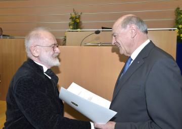 """Landeshauptmann Dr. Erwin Pröll überreichte das \""""Silberne Komturkreuz des Ehrenzeichens für Verdienste um das Bundesland Niederösterreich\"""" an den Komponisten Kurt Schwertsik."""