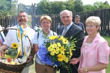 Dr. Helene Gröblacher-Roth aus Krems (2. von links, im Bild mit ihrem Gatten) ist die 100.000. Besucherin der NÖ Landesausstellung am Heldenberg.