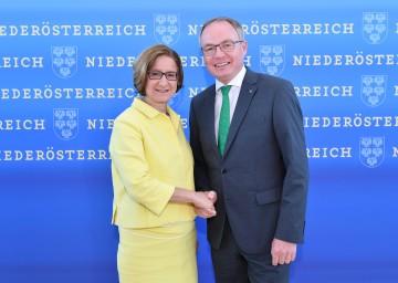 Landeshauptfrau Johanna Mikl-Leitner und LH-Stellvertreter Stephan Pernkopf: Das Land stellt zusätzliche fünf Millionen Euro für den Ausbau und die Erhaltung der Güterwege zur Verfügung.