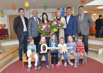 Kindergarteneröffnung in Orth an der Donau mit Familien- und Bildungs-Landesrätin Barbara Schwarz (3.v.r.) sowie Kindern, Fest- und Ehrengästen.