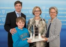 Carsten Scharlemann von der FH Wiener Neustadt, Landeshauptfrau Johanna Mikl-Leitner und Landesrätin Petra Bohuslav mit dem jungen Simon Lahner.