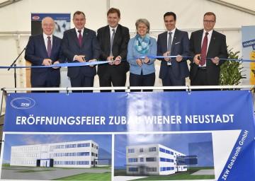 Im Bild von links nach rechts: ecoplus Geschäftsführer Helmut Miernicki, der Wiener Neustädter Stadtrat Franz Dinhobl, CEO Armin Schaller (ZKW Holding GmbH), Wirtschaftslandesrätin Petra Bohuslav, CEO Oliver Schubert (ZKW Group GmbH), CEO Günther Krenn (ZKW Elektronik GmbH).