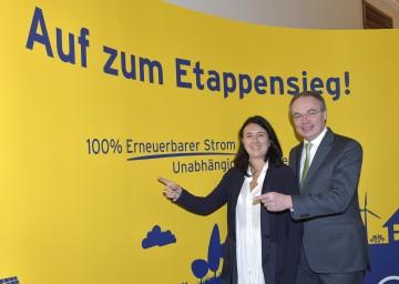 """Expertin Monika Langthaler-Rosenberg und Energie-Landesrat Dr. Stephan Pernkopf rufen zum Etappensieg \""""100 Prozent Strom aus Erneuerbarer Energie\"""" auf. (v.l.n.r.)"""