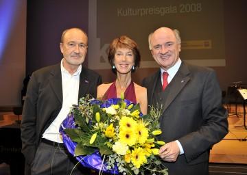 """Landeshauptmann Dr. Erwin Pröll mit Gastredner Miguel Herz-Kestranek und Moderatorin Barbara Rett bei der \""""NÖ Kulturpreisgala 2008\""""."""