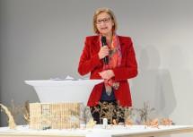 """Landeshauptfrau Johann Mikl-Leitner mit dem Entwurf des KinderKunstLabors für den St. Pöltner Altoona-Park im Zuge von """"St. Pölten 2024""""."""
