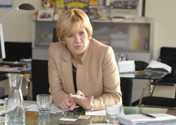 """Landesrätin Mag. Barbara Schwarz informiert über den Eltern-Ratgeber """"Vom Kindergarten in die Schule""""."""