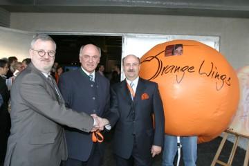 """Neues Beherbergungskonzept: In Wiener Neustadt wurde nun ein weiteres """"Orange Wings"""" eröffnet, das vom niederösterreichischen Unternehmen List in Olbersdorf errichtet wurde. Im Bild LH Pröll mit den Geschäftsführern des Unternehmens."""