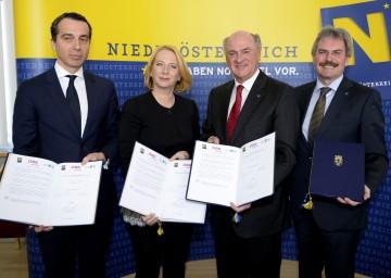 Vereinbarung unterzeichnet: ÖBB-Vorstandsvorsitzender Mag. Christian Kern, Bundesministerin Doris Bures, Landeshauptmann Dr. Erwin Pröll und Landesrat Mag. Karl Wilfing (v. l. n. r.)