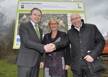 Umwelt-Landesrat Dr. Stephan Pernkopf sowie Bürgermeisterin Ursula Puchebner und Ing. Dieter Stadlbauer von der Gemeinde Amstetten freuen sich über das Naturschutz-Projekt inmitten der Stadt.