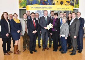 Landesrat Dr. Stephan Pernkopf, im Bild mit seinen Abteilungs- und Projektleitern, zog aus Sicht seines Ressorts eine Bilanz über das Jahr 2016 und gab einen Ausblick auf die Schwerpunkte des Jahres 2017.
