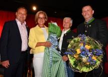 """Die Ehrengäste mit den Mitgliedern des Fischamender Stadtchores, der den Festakt musikalisch gestaltete.Im Zuge des Festaktes überreichte Bürgermeister Thomas Ram der Landeshauptfrau ein """"Fischamender Dirndl"""""""