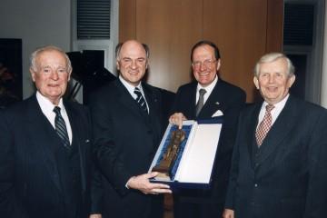 EVN-Generaldirektor Dr. Rudolf Gruber feierte kürzlich seinen 70. Geburtstag. Auch Landeshauptmann Dr. Erwin Pröll gratulierte dem Jubilar und überreichte ihm im Beisein seiner Vorgänger, Andreas Maurer und Siegfried Ludwig, eine Statuette des Hl. Leopold.