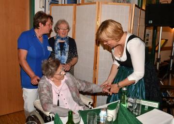 Landesrätin Barbara Schwarz gratulierte Bewohnerin Aloisia Karlhuber zum 110. Geburtstag.