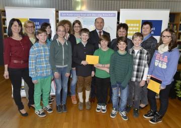 """LH-Stv. Mag. Wolfgang Sobotka überreichte den Gewinnerinnen und Gewinnern von """"LOL. Loslesen!"""" Sach- und Geldpreise in der NÖ Landesbibliothek."""