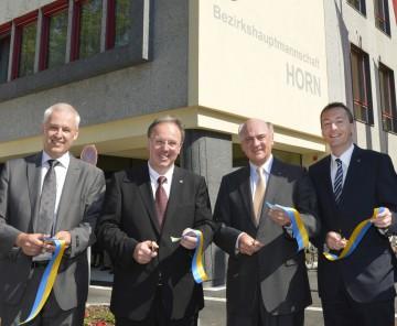 Eröffnung der renovierten Bezirkshauptmannschaft Horn: Architekt DI Gerhard Macho, Bezirkshauptmann Mag. Johannes Kranner, Landeshauptmann Dr. Erwin Pröll und Bürgermeister Jürgen Maier (v.l.n.r.).