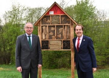LH-Stellvertreter Dr. Stephan Pernkopf und KR Hans Roth, Aufsichtsratsvorsitzender der Saubermacher AG, mit einem Insektenhotel (v.l.n.r.)