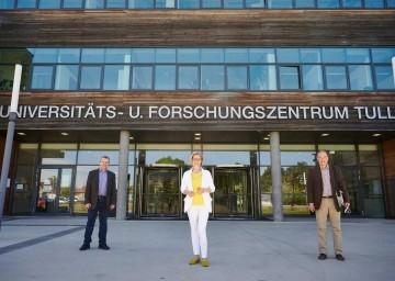 Core Facility Tulln ist ein Best-practice-Beispiel für die Übersetzung von Forschung in die Industrie. Im Bild Univ.-Prof Joseph Strauss, Landeshauptfrau Johanna Mikl-Leitner und Univ.-Prof. Georg Gübitz (v.l.n.r.)