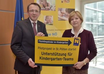 Flüchtlingskinder im Kindergarten: Landesrätin Mag. Barbara Schwarz und Bürgermeister Mag. Matthias Stadler stellten ein Pilotprojekt in St. Pölten zur Unterstützung von Kindergartenteams vor.