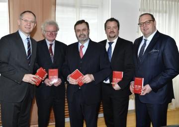 Kommentar zur neuen Geschäftsordnung präsentiert: Zweiter Landtagspräsident Gerhard Karner, Karl Lengheimer, Landtagspräsident Hans Penz, Thomas Obernosterer, Heinz Korntner (von links nach rechts).