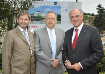 Der Um- und Ausbau des Campus-Geländes für die IST-Austria in Klosterneuburg ist voll angelaufen: LH Dr. Erwin Pröll, Prof. Haim Harari, Vorsitzender des Exekutivausschusses von IST-Austria (Bildmitte), und BM Dr. Johannes Hahn bei der Projektpräsentation.