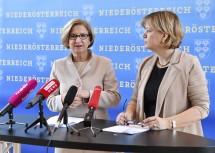 Landeshauptfrau Johanna Mikl-Leitner und Landesrätin Barbara Schwarz bei der Pressekonferenz im NÖ Landhaus.