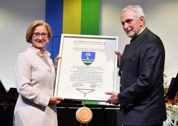 Verleihung des Gemeindewappens durch Landeshauptfrau Johanna Mikl-Leitner, im Bild mit Bürgermeister Walter Krutis.