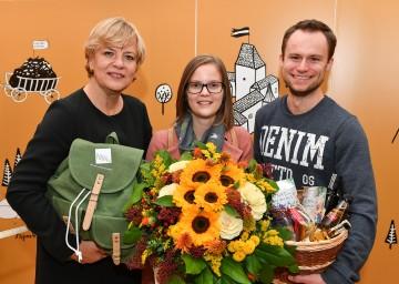 Bildungs- und Familien-Landesrätin Barbara Schwarz gratulierte dem 200.000sten Ehrengast Viktoria Pleiner mit ihrem Freund Markus Gall (v.l.n.r.)