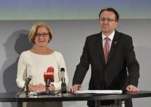 Landeshauptfrau Johanna Mikl-Leitner und Bürgermeister Matthias Stadler bei der Pressekonferenz im Landestheater in St. Pölten.