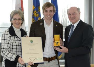 Goldenes Ehrenzeichen für Benjamin Karl: Im Bild der erfolgreiche Snowboarder mit Landeshauptmann Dr. Erwin Pröll und Landesrätin Dr. Petra Bohuslav.