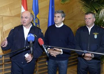 Landeshauptmann Dr. Erwin Pröll, Vizekanzler Dr. Michael Spindelegger und der niederösterreichische Landesfeuerwehrkommandant Dietmar Fahrafellner