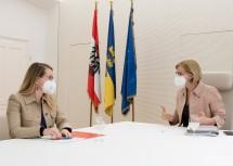 Ministerin Margarete Schramböck und Landeshauptfrau Johanna Mikl-Leitner beim Arbeitsgespräch.