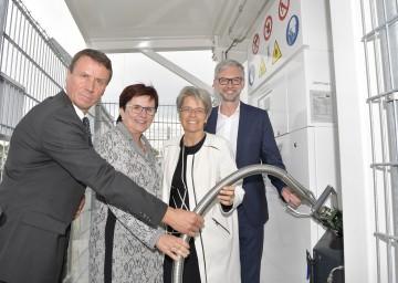 Im Bild von links nach rechts: RAG-CEO Markus Mitteregger, stellvertretende ecoplus Aufsichtsratsvorsitzende Michaela Hinterholzer, Landesrätin Petra Bohuslav, OÖ LH-Stellvertreter Michael Strugl