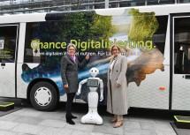 Technologie-Landesrätin Petra Bohuslav und Landeshauptfrau Johanna Mikl-Leitner präsentierten den neuen Bus zum Thema Digitalisierung, der ab 8. Jänner in Niederösterreich auf Tour ist. (v.l.n.r.)