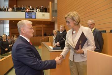 Landeshauptfrau Johanna Mikl-Leitner gratulierte dem neuen Landesrat Franz Schnabl zur Wahl.