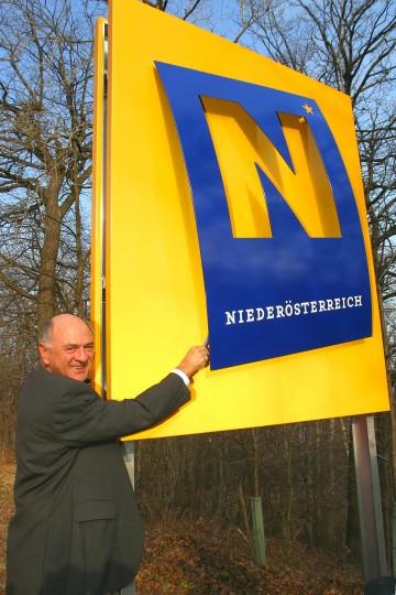 An der Stadtgrenze Wien - Klosterneuburg wurde heute im Besein von Landeshauptmann Dr. Erwin Pröll die erste von insgesamt 113 neuen Straßentafeln aufgestellt.
