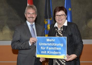 Landesrat Mag. Karl Wilfing und die Präsidentin des NÖ Hilfswerks Michaela Hinterholzer informierten über den Ausbau der mobilen Jugendwohlfahrt in Niederösterreich (v.l.n.r.)