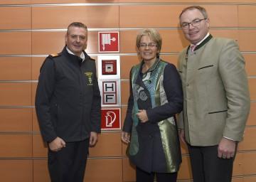 Im Bild von links nach rechts: Landesfeuerwehrkommandant Dietmar Fahrafellner, Landesrätin Dr. Petra Bohuslav und Landesrat Dr. Stephan Pernkopf.