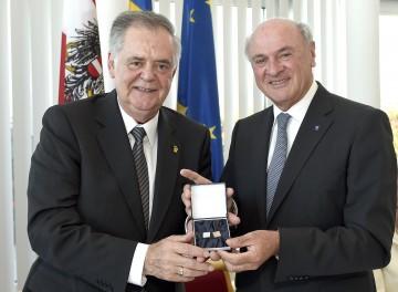 Landeshauptmann Dr. Erwin Pröll gratulierte Landeshauptmann-Stellvertreter a. D. Ernst Höger zum 70. Geburtstag. Als Geschenk überreichte er seinem ehemaligen Regierungskollegen Manschettenknöpfe mit den Initialen des Jubilars.