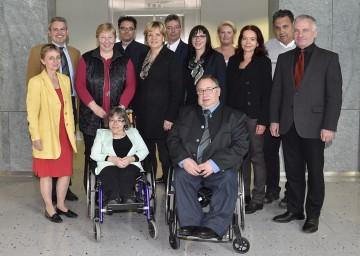 NÖ Monitoring-Ausschuss: Vorsitzende Dr. Christine Rosenbach (3.v.l.) und Sozial-Landesrätin Mag. Barbara Schwarz (6.v.l.) mit den Mitgliedern des Gremiums.