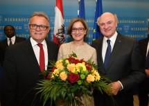 Gratulation und Danksagung von Landeshauptmann Hans Niessl an die neue Landeshauptfrau Mag. Johanna Mikl-Leitner und an Landeshauptmann a.D. Dr. Erwin Pröll. (v.l.n.r.)