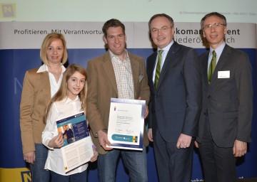 Ökomanagement-Auszeichnung: Umwelt-Landesrat Dr. Stephan Pernkopf (2.v.r.)und DI Andreas Tschulik aus dem Lebensministerium (rechts) gratulierten der Familie Netzl aus Göttlesbrunn.