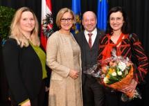 Landeshauptfrau Johanna Mikl-Leitner (2.v.l.) und der bisherige Bezirkshauptmann von Baden Heinz Zimper (2.v.r.) mit Familie.