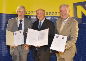 Kooperationsvertrag zwischen dem Land Niederösterreich und CERN: Landeshauptmann Dr. Erwin Pröll mit dem CERN-Generaldirektor Prof. Dr. Rolf-Dieter Heuer und MedAustron-Aufsichstratsvorsitzenden Mag. Klaus Schneeberger.