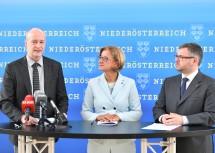 Francesco Zambon, WHO-Regionalleiter für Vernetzung in Europa, Landeshauptfrau Johanna Mikl-Leitner und Landesrat Ludwig Schleritzko bei der gemeinsamen Pressekonferenz (v.l.n.r.)