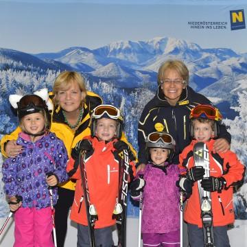 Die beiden Landesrätinnen Barbara Schwarz (links) und Petra Bohuslav (rechts) freuen sich mit Aurelia, Alexander, Magdalena und Maximilian auf Familienskivergnügen zum halben Preis.