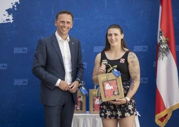 Sport-Landesrat Jochen Danninger mit Michaela Polleres bei der offiziellen Olympiaverabschiedung im Palais Niederösterreich