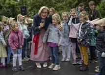 Die Kinder zeigten sich im Gespräch mit der Landeshauptfrau vom neuen Gebäude begeistert.