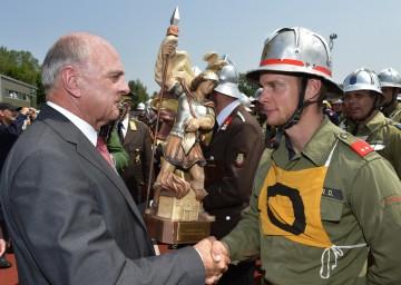 Am Sonntag, 1. Juli, kam in Ternitz (Bezirk Neunkirchen) der diesjährige NÖ Landesfeuerwehrleistungsbewerb zu seinem Abschluss. Landeshauptmann Dr. Erwin Pröll gratulierte den Feuerwehrleuten vor Ort zu ihren Erfolgen.