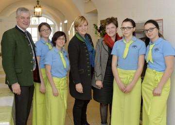 Bildungslandesrätin Mag. Barbara Schwarz (Mitte) stattete der Landwirtschaftlichen Fachschule Unterleiten in Hollenstein/Ybbs einen Besuch ab.