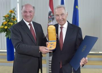 """Landeshauptmann Dr. Erwin Pröll überreichte das \""""Silberne Komturkreuz mit dem Stern des Ehrenzeichens für Verdienste um das Bundesland Niederösterreich\"""" an Dr. Burkhard Hofer."""